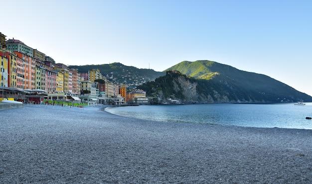 Niesamowity widok na plażę camogli z charakterystycznymi domkami