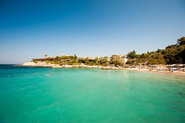 Niesamowity widok na plażę z żółtym piaskiem. świat piękna.