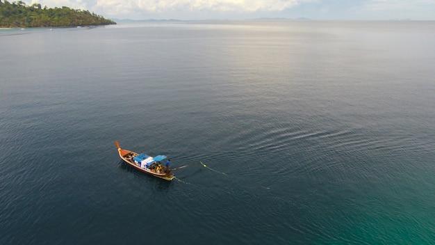 Niesamowity widok na rejs łodzią po otwartym morzu w wietrzny dzień