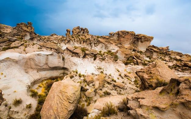 Niesamowity widok na różne ukształtowane ogromne boliwijskie skały górskie