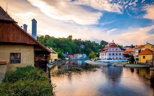 Niesamowity widok na rzekę i panoramę miasta cesky krumlov