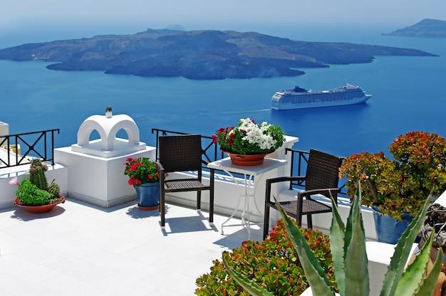 Niesamowity widok na santorini. widok na wulkan i statki wycieczkowe. grecja podróż