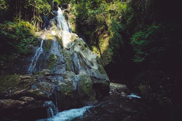 Niesamowity widok na wodospad.