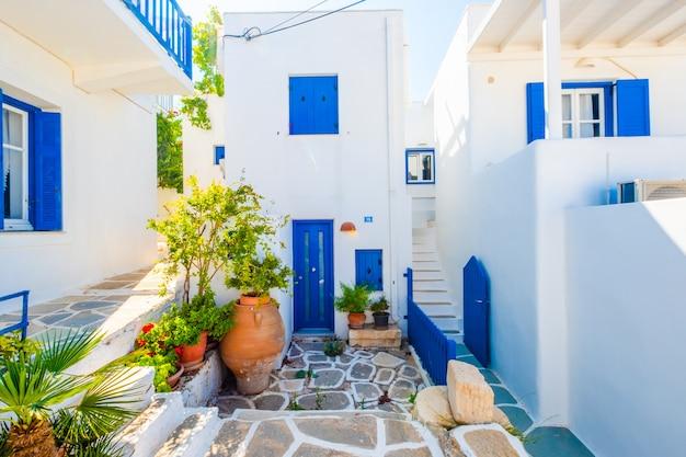 Niesamowity widok wzdłuż słonecznej greckiej ulicy