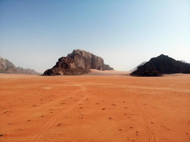 Niesamowity widok z góry na wielką, czerwoną, gorącą i bardzo piękną pustynię wadi rum. królestwo jordanii, kraj arabski w azji zachodniej