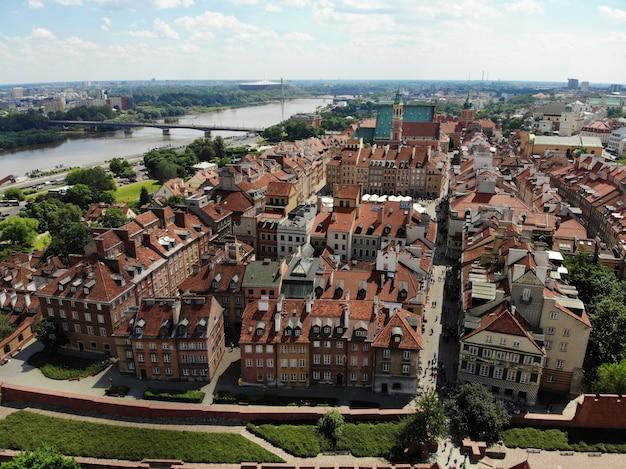 Niesamowity widok z góry. stolica polski wielka warszawa. centrum miasta i okolice. zdjęcie lotnicze wykonane przez drona.