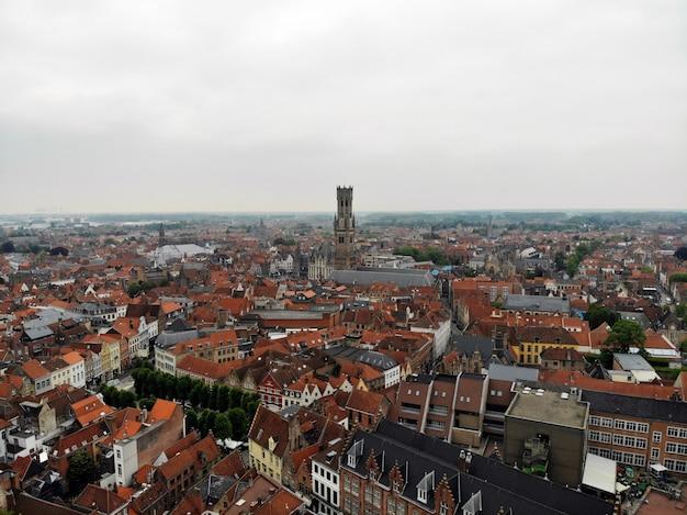 Niesamowity widok z góry. tak imponująca i piękna brugge. średniowieczna historia wokół ciebie - musisz zobaczyć wszystkich odkrywców. widok z drona. z belgii z miłością.