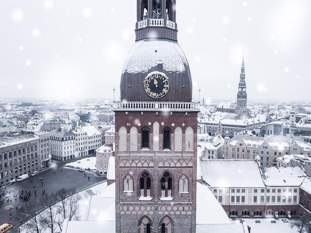 Niesamowity widok z lotu ptaka na stare miasto w rydze podczas obfitych opadów śniegu
