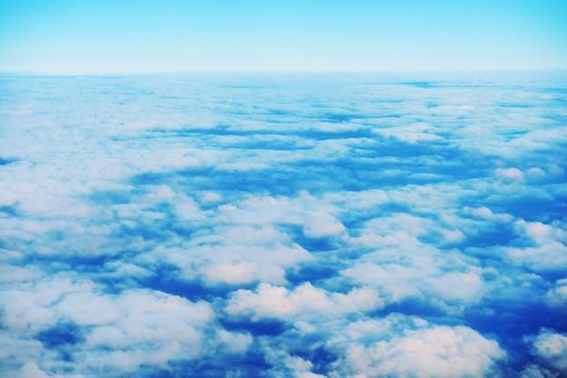 Niesamowity widok z samolotu na pomarańczowe niebo, zachód słońca i chmury