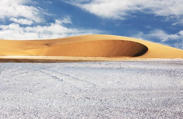 Niesamowity widok z soli na wydmę. namibia, afryka