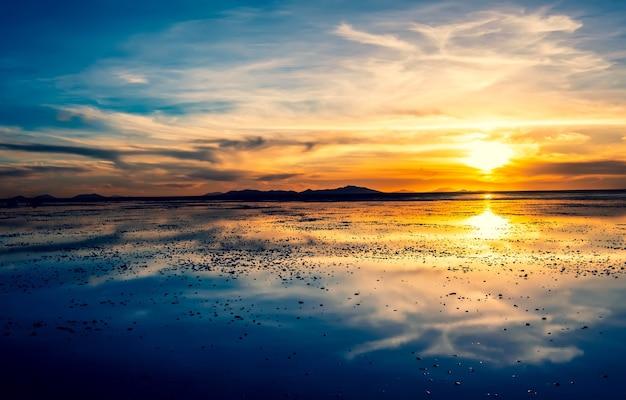 Niesamowity wieczorny zachód słońca w salar de uyuni w boliwii?