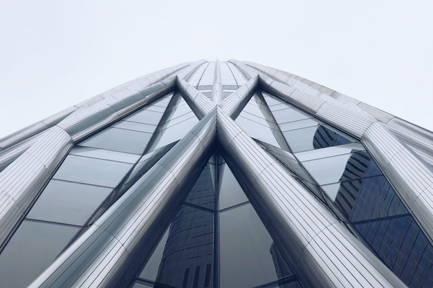 Niesamowity wieżowiec wykonany ze stali i szkła