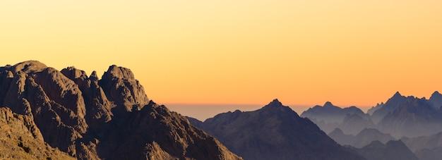 Niesamowity wschód słońca na górze synaj, piękny świt w egipcie, piękny widok z góry