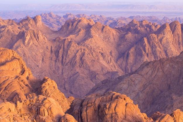Niesamowity wschód słońca na górze synaj w egipcie