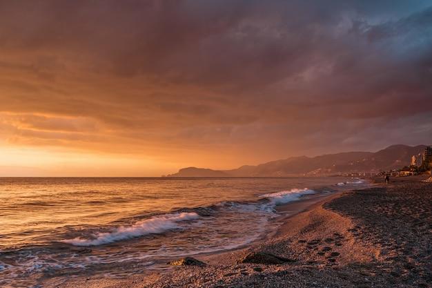 Niesamowity wschód słońca na morzu w turcji