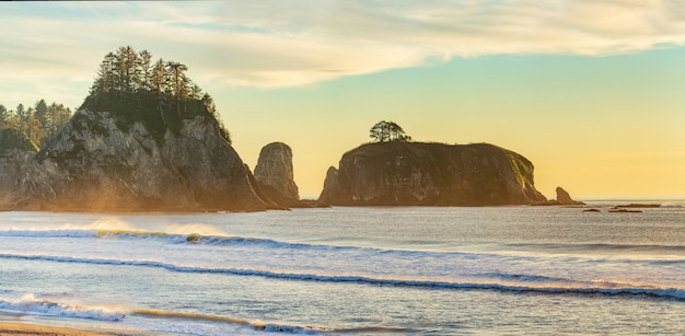Niesamowity zachód słońca na niebie nad rialto beach olympic park narodowy usa