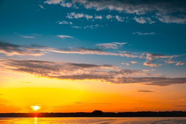 Niesamowity zachód słońca nad jeziorem
