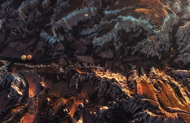 Niesamowity zachód słońca nad kapadocją. piękne kolorowe balony. indyk