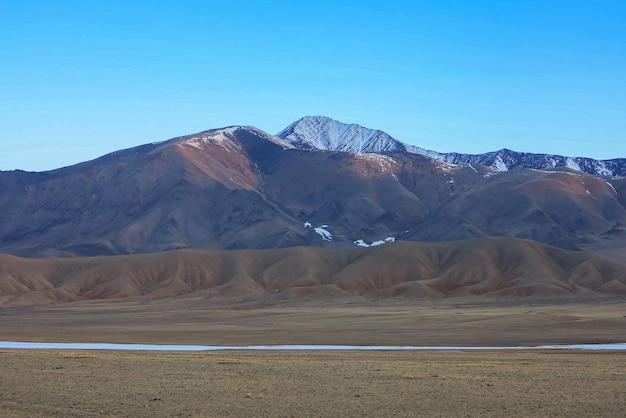 Niesamowity zimowy krajobraz w mongolii kolorowa sceneria w górach park narodowy tsagaan shuvuut