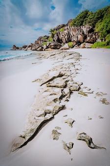 Nieskazitelna piaszczysta plaża grand anse na la digue na seszelach ze słynnymi na całym świecie granitowymi formacjami skalnymi. linia wiodąca natury. koncepcja podróży.