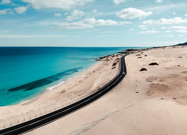 Nieskończona droga nad pustynnym piaskiem