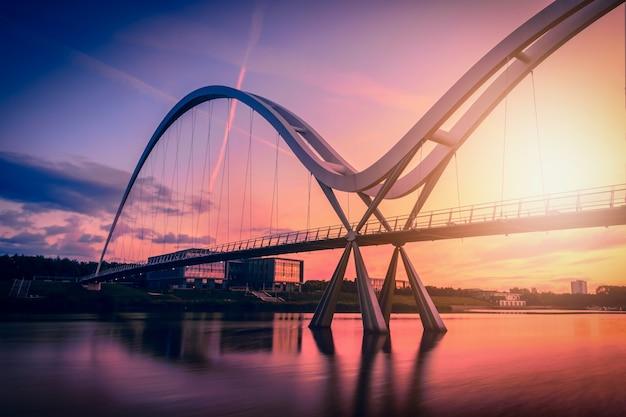 Nieskończoności most na dramatycznym niebie przy zmierzchem w stockton-on-tees, uk.