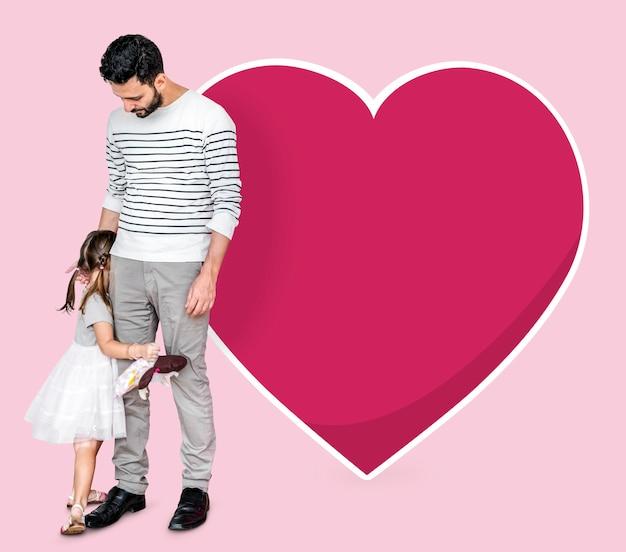 Nieśmiała córka chowa się za swoim ojcem