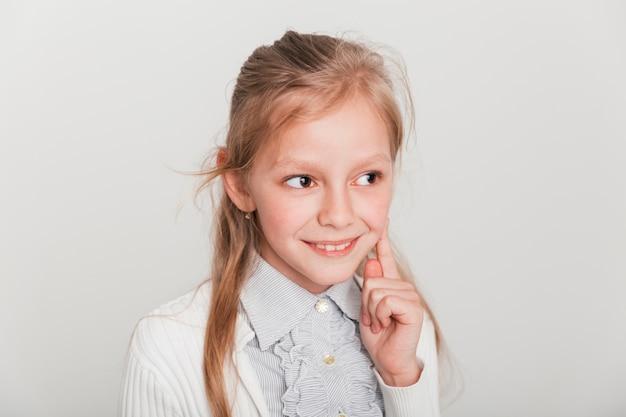 Nieśmiała mała dziewczynka się uśmiecha