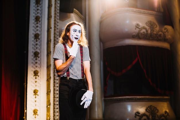 Nieśmiała męska mima artysty pozycja na scenie w audytorium
