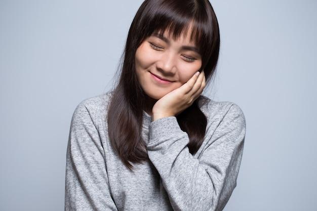 Nieśmiały azjatycki portret kobiety
