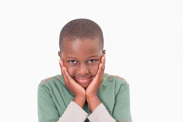 Nieśmiały chłopiec pozowanie