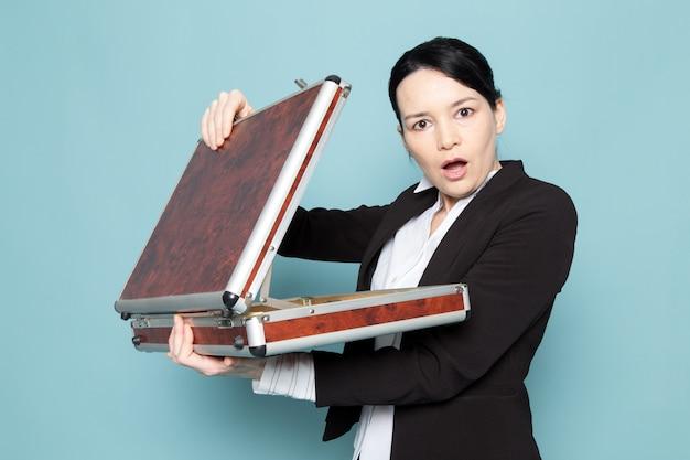 Niespodzianka bizneswoman otwiera walizkę