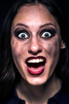 Niespodzianka niespodzianka. emocjonalna, młoda twarz. portret kobiety. ludzkie emocje, pojęcie mimiki. modny kolor. rozmazany makijaż na młodej twarzy.