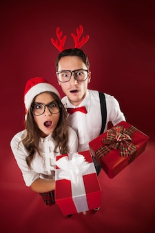 Niespodzianka para frajerów trzyma prezenty świąteczne