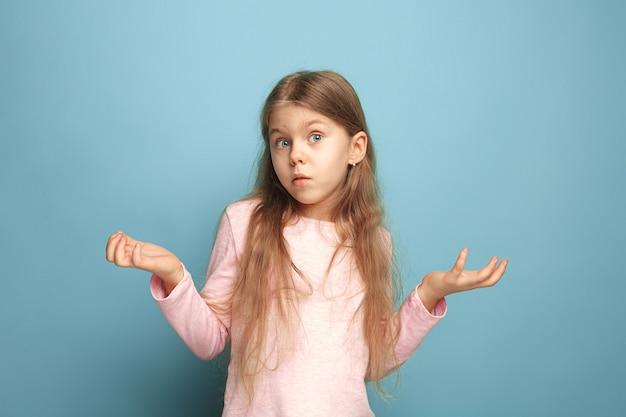 Niespodzianka. teen dziewczyna na niebiesko. wyraz twarzy i koncepcja emocji ludzi