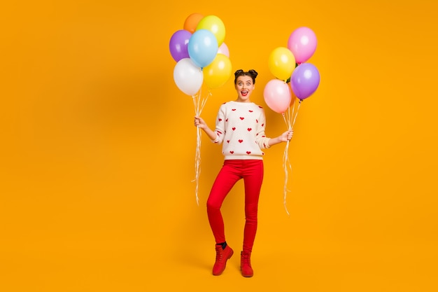 Niespodzianka! zdjęcie całego ciała pani przynosi wiele kolorowych balonów z balonami