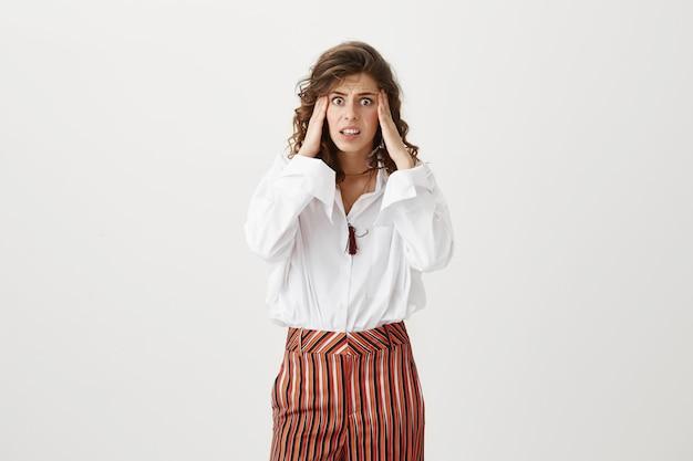 Niespokojna panikująca kobieta wyglądająca na zaniepokojoną, mająca kłopoty