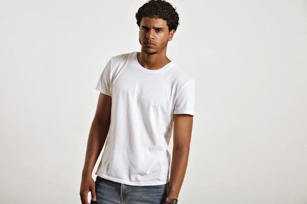 Niespokojnie wyglądający seksowny młody afroamerykanin w pustej białej koszulce bez rękawów