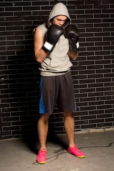 Niespokojny młody bokser czeka na swój mecz