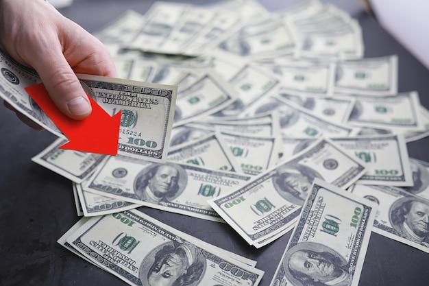 Niestabilność w gospodarce. recesja. kryzys światowy. banknoty dolarów na stole. kryzys ekonomiczny. upadek waluty krajowej. zmienność.