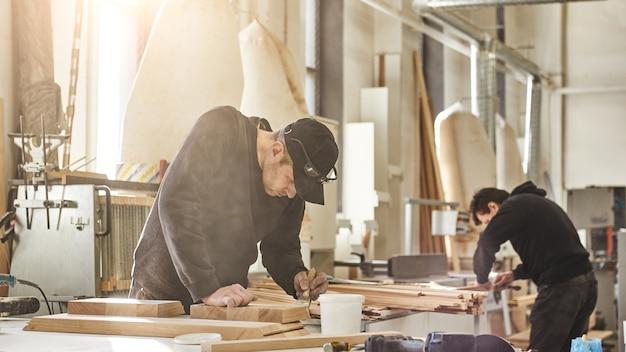 Niestandardowe projekty o wartości artystycznej zorientowanej na projekt portret kaukaskiego pracownika trzymającego pędzel