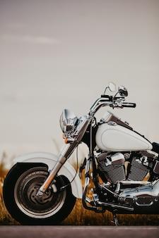 Niestandardowy biały motocykl typu roadster w stylu retro.