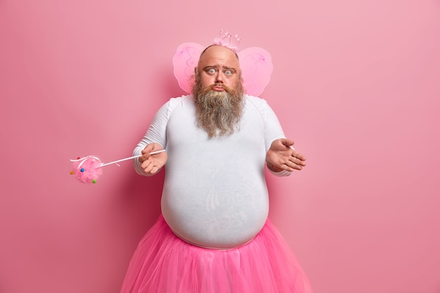 Nieświadomy wątpliwy męski upadek zastanawia się, dlaczego zniknęły jego zdolności, gra w przedstawieniach dla dzieci, nosi specjalny kostium, trzyma magiczną różdżkę