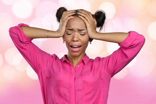 Nieszczęśliwa amerykanin afrykańskiego pochodzenia młoda kobieta