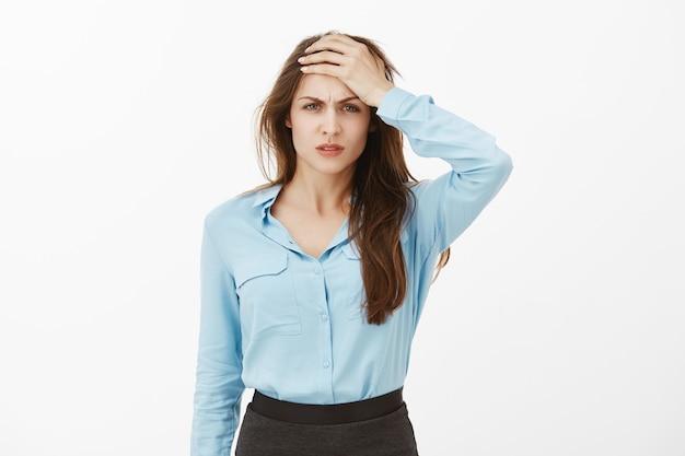 Nieszczęśliwa bizneswoman brunetka pozowanie w studio