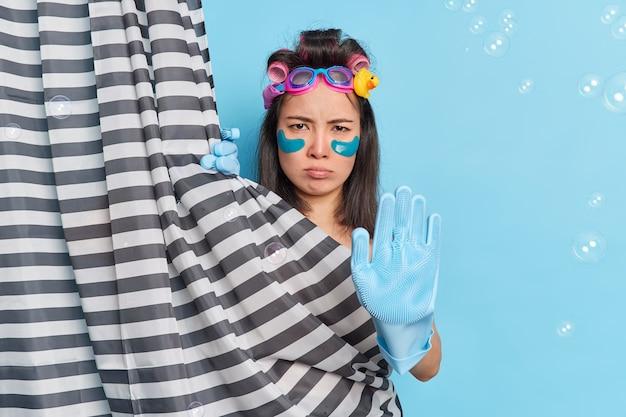 Nieszczęśliwa kobieta azji ma ponury wyraz trzyma rękę do przodu w aparacie