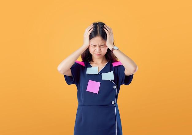 Nieszczęśliwa młoda azjatycka kobiety pozycja z trzymać włosy i czuć mylić z czymś
