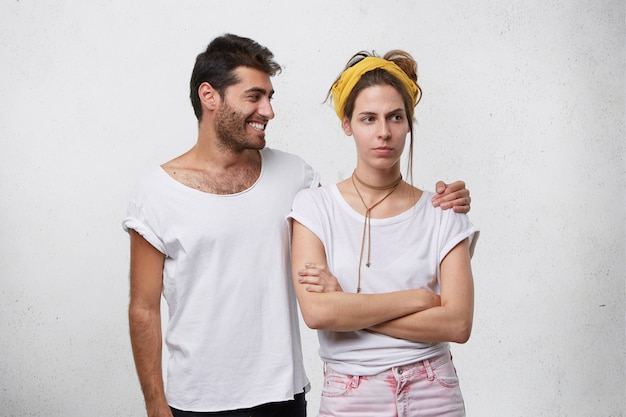 Nieszczęśliwa młoda kobieta jest zdenerwowana, podczas gdy mężczyzna próbuje pocieszyć