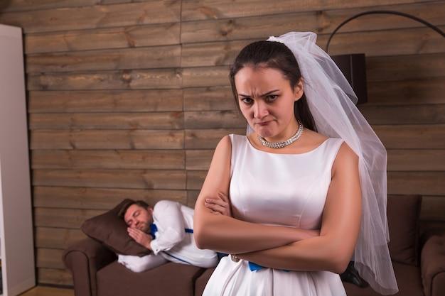 Nieszczęśliwa panna młoda, spanie na drewnianym pokoju