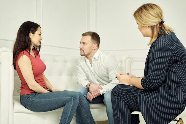 Nieszczęśliwa para dzieląca się emocjami z psychologiem